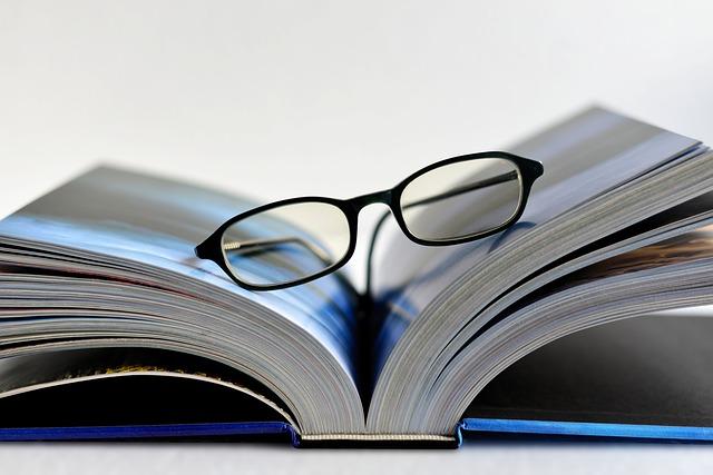 Otevřená kniha s brýlemi