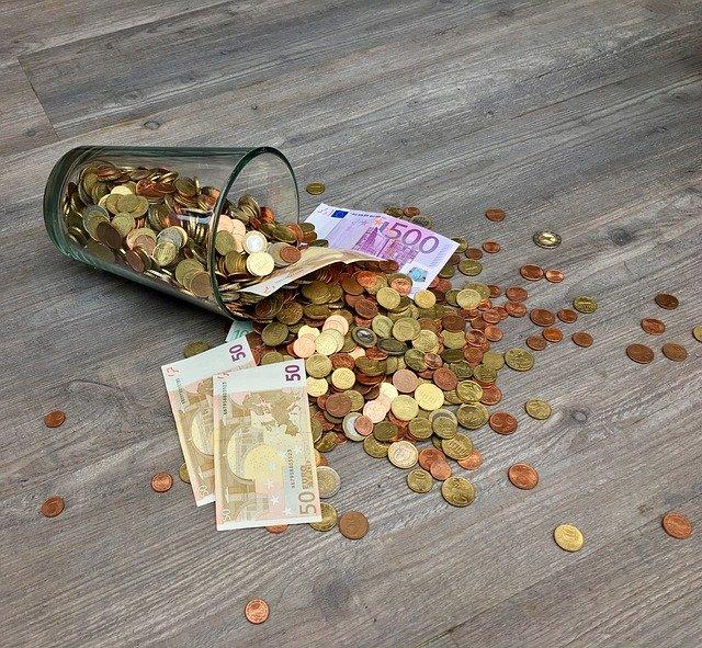 mince a bankovky ve sklenici